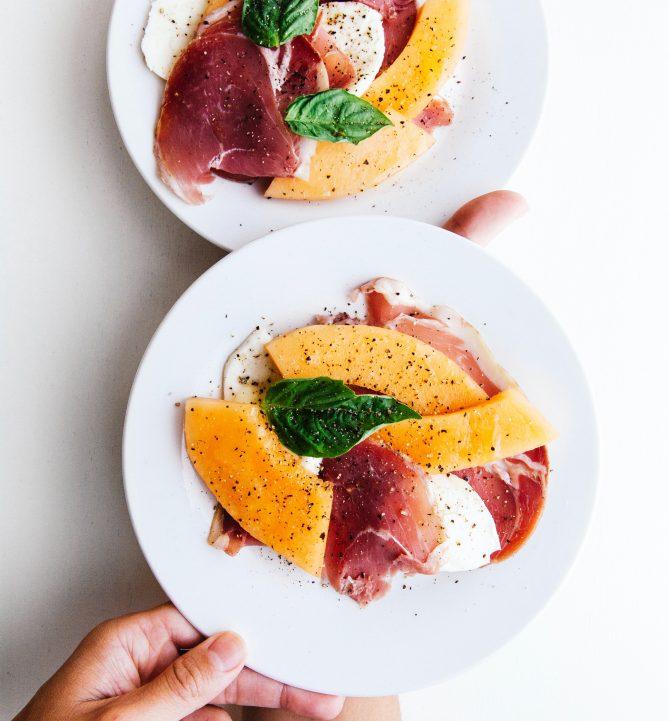 Zomerrecept: meloensalade met rauwe ham, munt en geroosterd brood